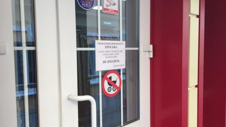 С колясками не входить: в батайском магазине мам убедительно просят оставлять детский транспорт на улице