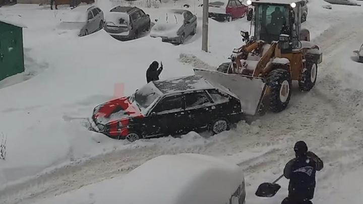 Застрявшую в сугробе в Ярославском дворе машину спас трактор