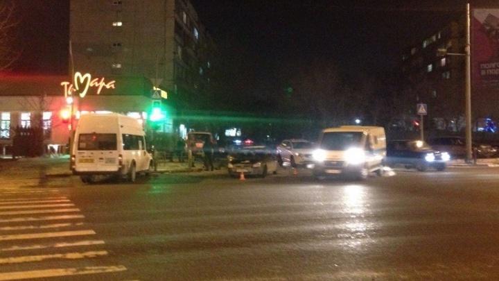 При столкновении маршрутки и легковушки у кардиоцентра пострадал ребенок