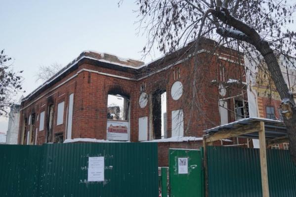 Собственник здания не может назвать сроки, когда реконструкция особняка будет завершена