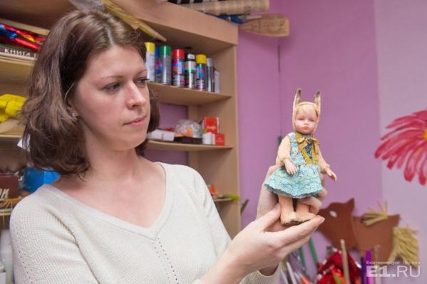 Это Анастасия и её авторская кукла тедди-долл. По-простому, ребёнок в костюме белки