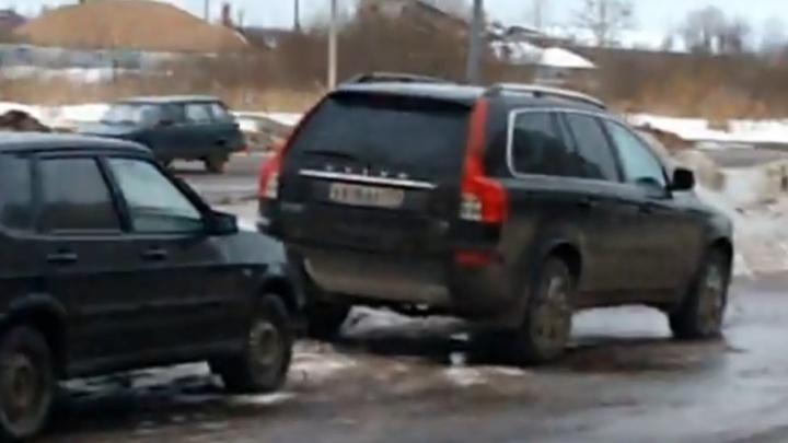 В Рыбинске задержали озверевшего мужчину, который массово изувечил машины