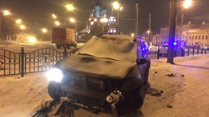 Водителя, протаранившего забор на Богоявленской площади, объявили в розыск