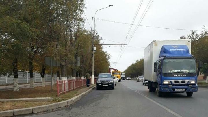 С проспекта Жукова в Волгограде увозят пешеходные ограждения