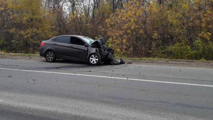 В Волжском районе Hyundai Solaris влетел в грузовик Daf, погибла 5-летняя девочка
