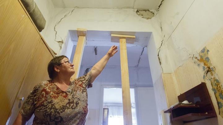 Судьбу разрушающегося подъезда дома в центре Волгограда решат за две недели