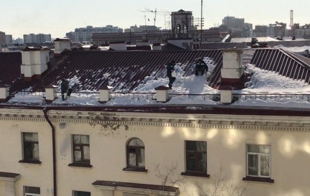 В сеть выложили видео небезопасной уборки снега с крыши дома в центре Тюмени