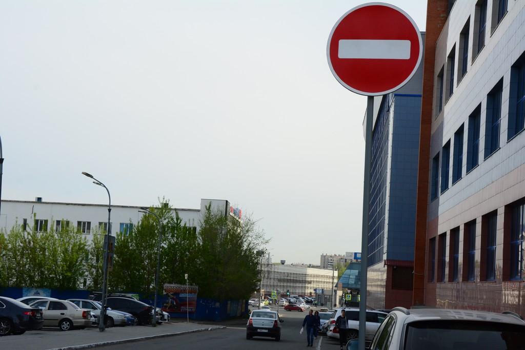 Этот знак игнорируют массово. Водитель Logan рискует получить штраф 5000 рублей или лишиться прав