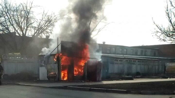На Заводском шоссе сгорел ларек с шаурмой