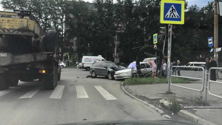 Иномарка впечатала ВАЗ в ограждение на остановке в Челябинске