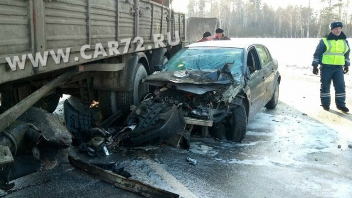 На трассе Тюмень — Омск  водитель грузовика оставил без капота  легковую иномарку