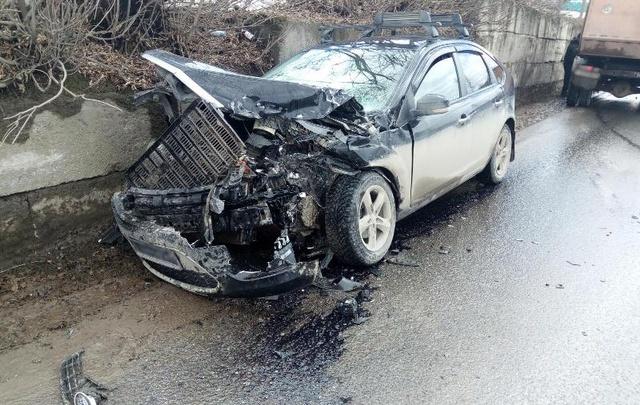 Водитель иномарки в Прикамье пострадал при столкновении с грузовиком