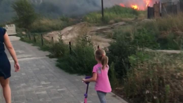 В Советском районе потушили крупный пожар рядом с частным сектором