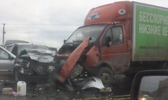 На Красноглинском шоссе лоб в лоб столкнулись «Рено» и грузовая «Газель»