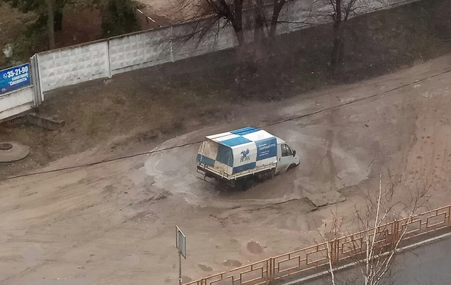 В Сызрани на дороге образовалась черная дыра, в которой тонут «Газели» и УАЗы