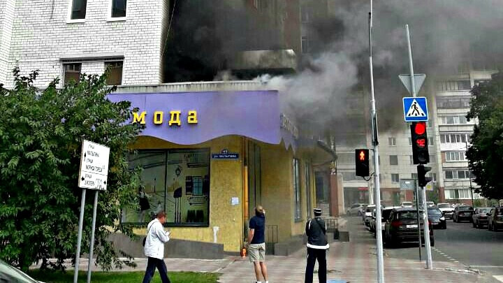 Из-за ошибки рабочих загорелась крыша магазина на Малыгина
