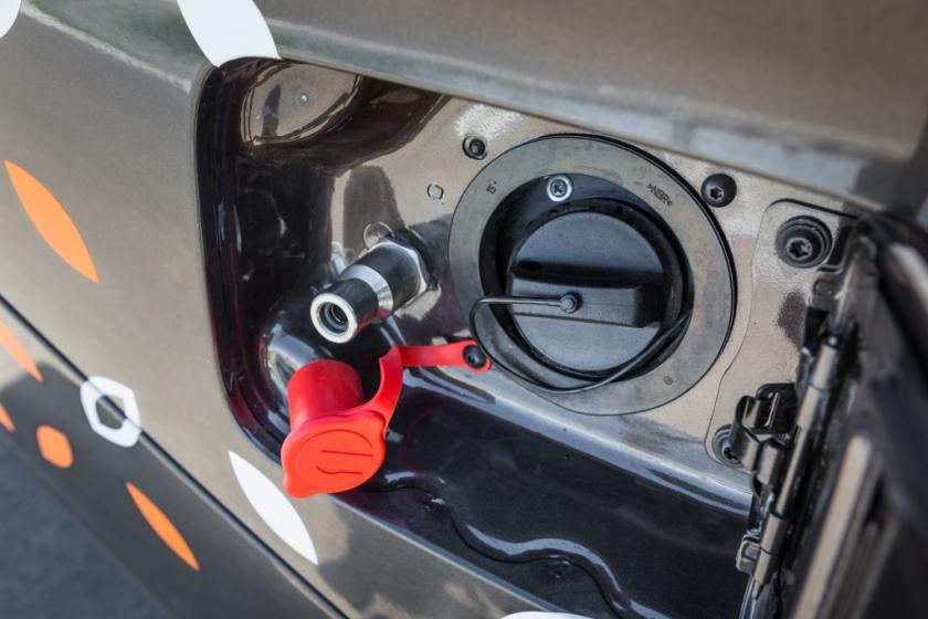 Штуцер для заправки метаном расположен около лючка бензобака, альтернативный вариант – под капотом, тем более правила техники безопасности требуют открывать капот при заправке метаном. Штуцеры бывают двух типов, но переходники обычно дают на АГНКС