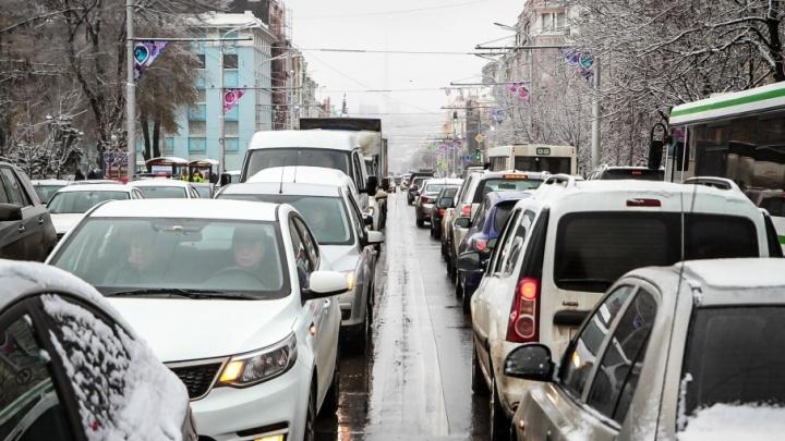 Ростов встал в пробках из-за заметенных снегом улиц