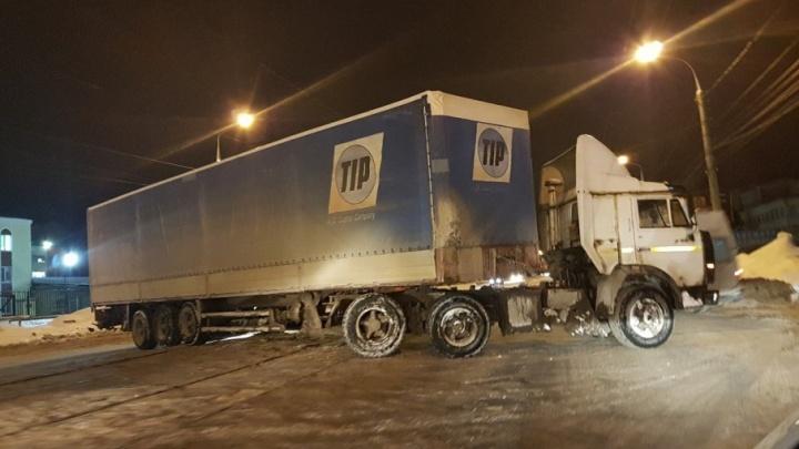 Встал поперек линии: на Заводском шоссе трамвай протаранил фуру