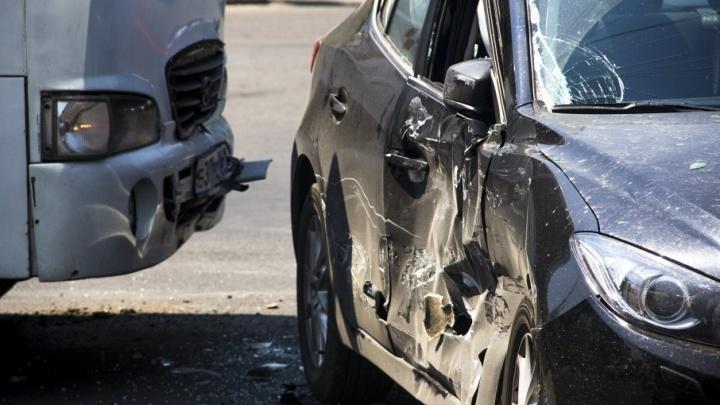 В Ростове иномарка влетела в маршрутку №58, спровоцировав аварию с четырьмя пострадавшими