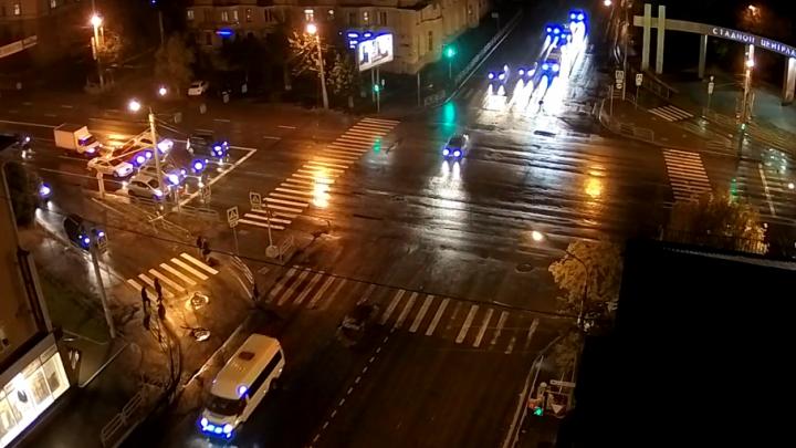Челябинка попала под колеса, пересекая дорогу на красный