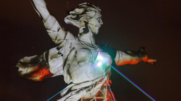 В Волгограде на «Родину-мать» вновь направили «Свет Великой Победы»
