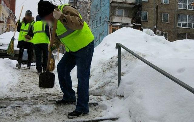 В Самарской области женщину отправили на уборку улиц из-за долга перед сыном
