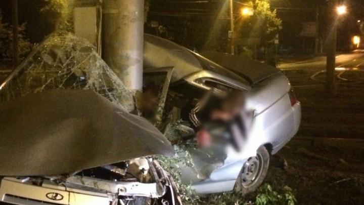 В Самаре «десятка» на скорости влетела в столб: водитель погиб на месте
