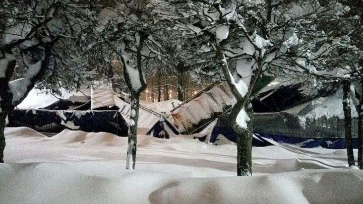 В Ярославле под тяжестью снега обрушилась крыша аттракциона