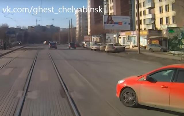 Таран трамваем выехавшей на рельсы легковушки в Челябинске попал на видео