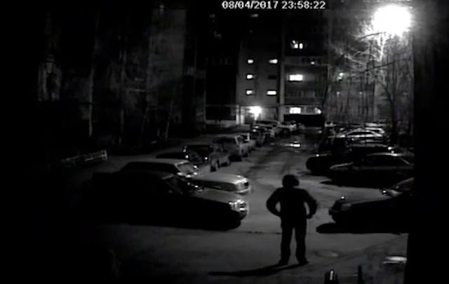 В Самаре ищут мужчину, который порезал колеса иномарки во дворе на улице Свободы
