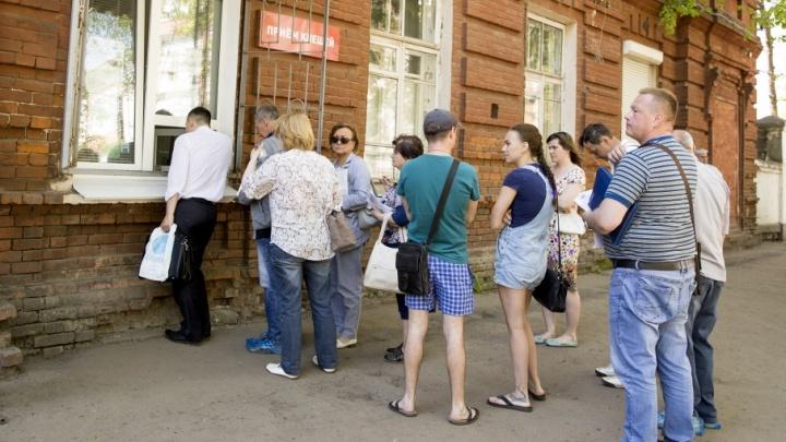 Аншлаг возле пункта приёма клещей: люди стоят в очереди, чтобы сдать паразитов
