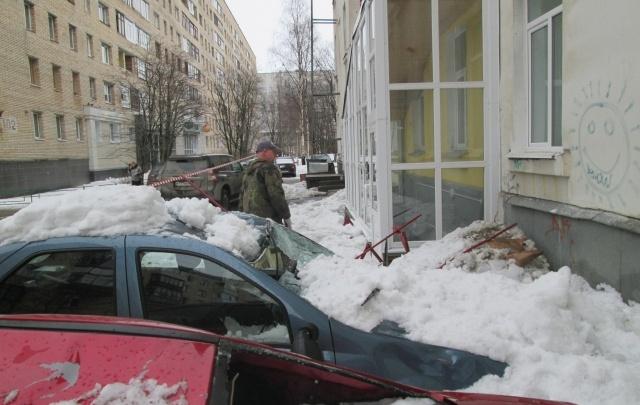 В центре Архангельска сошел снег и проломил крыши двух автомобилей