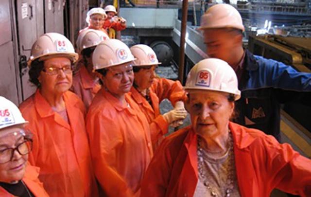 Как рождается металл: ветеранам образования устроили экскурсию на производство