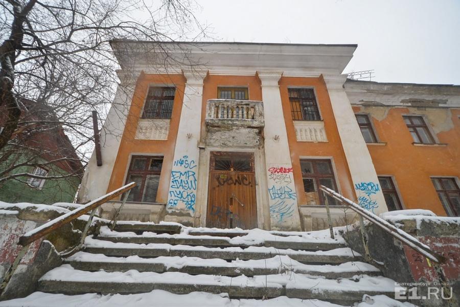 Фасад изрисован, окна побиты, а внутри ни души