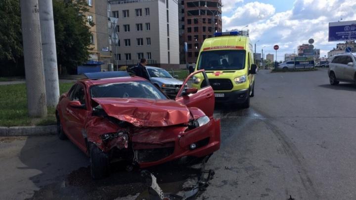 Водители спортивной Mazda и BMW не поделили дорогу в Челябинске, есть пострадавший