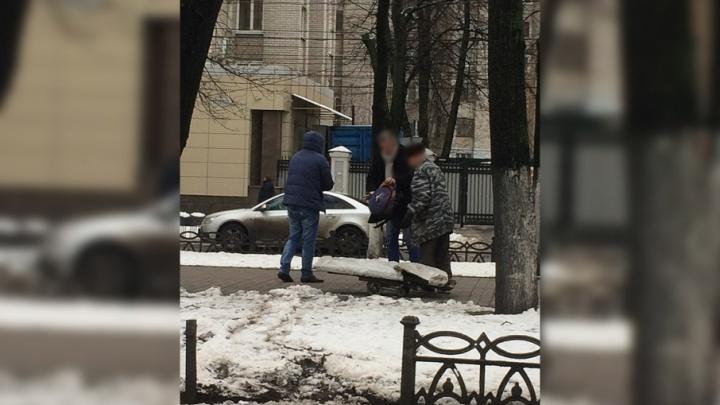 Ярославец снял троицу, которая утащила с проспекта Ленина чугунный забор