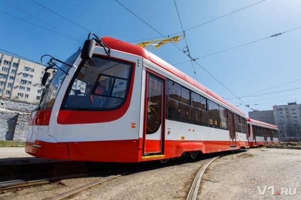 По рельсам после обкатки побежал новенький трамвай