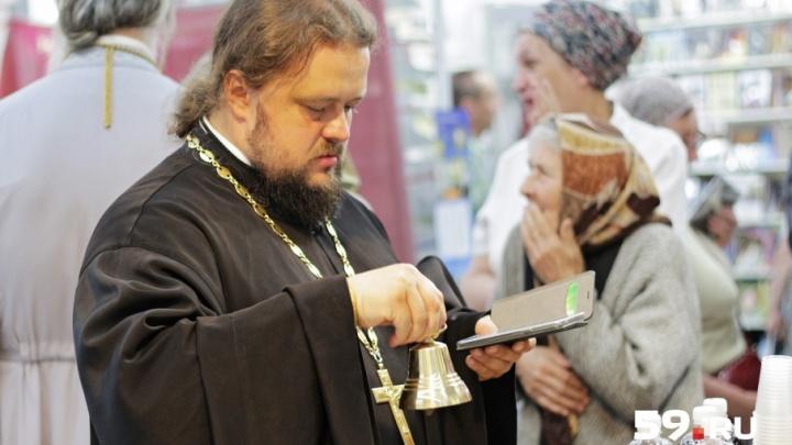 Священники с телефонами и бабушки с иконами: фоторепортаж с пермской выставки «Православная Русь»