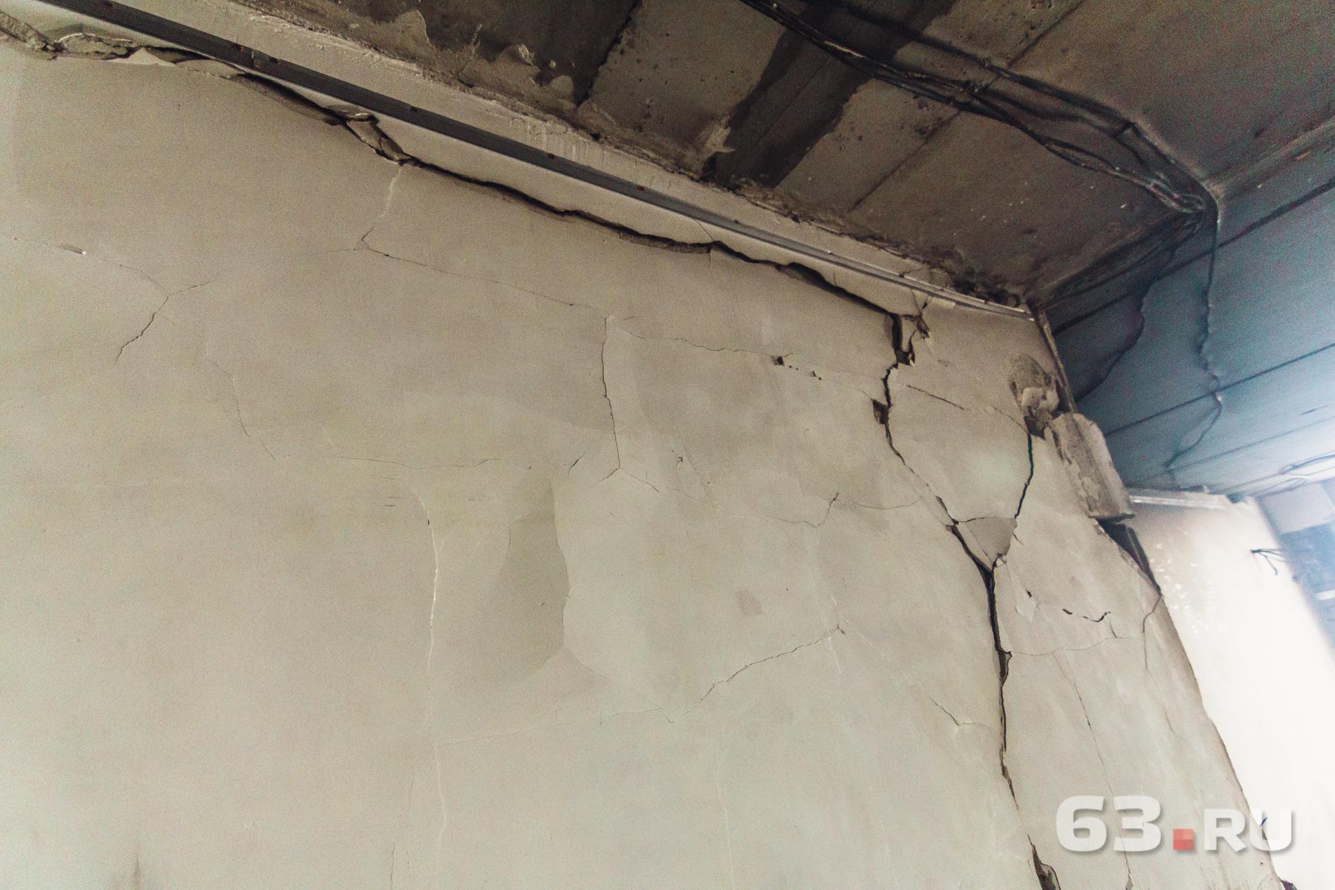 По стенам пошли трещины