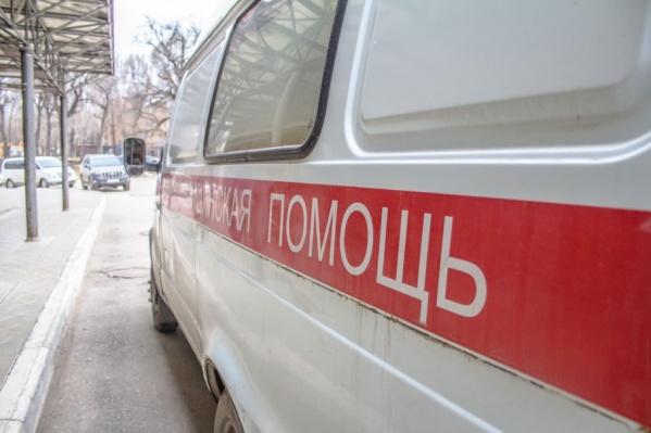 На дороге во дворе остались следы крови после нападения