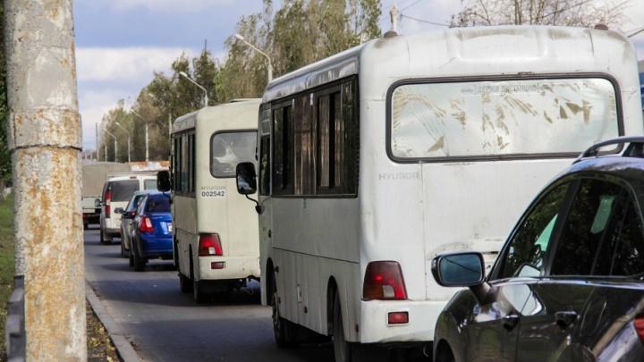 С широко закрытыми глазами: водитель ростовской маршрутки уснул за рулем