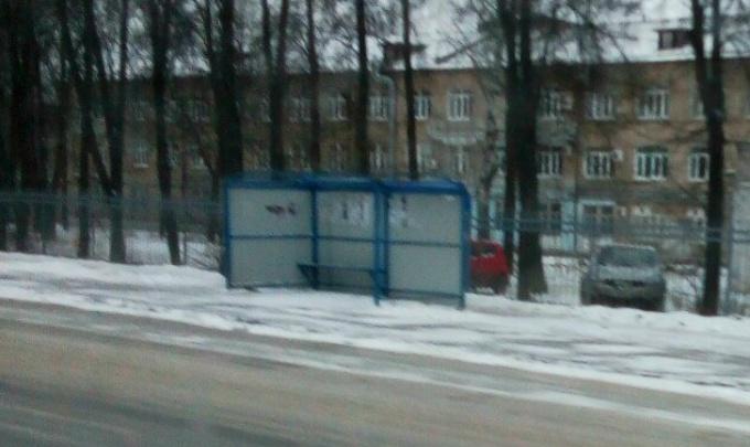 «Скотч отклеился»: в Ярославле с остановки ветром сорвало крышу