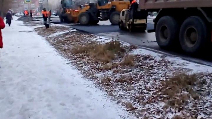 На северо-западе Челябинска асфальт укладывали во время снега