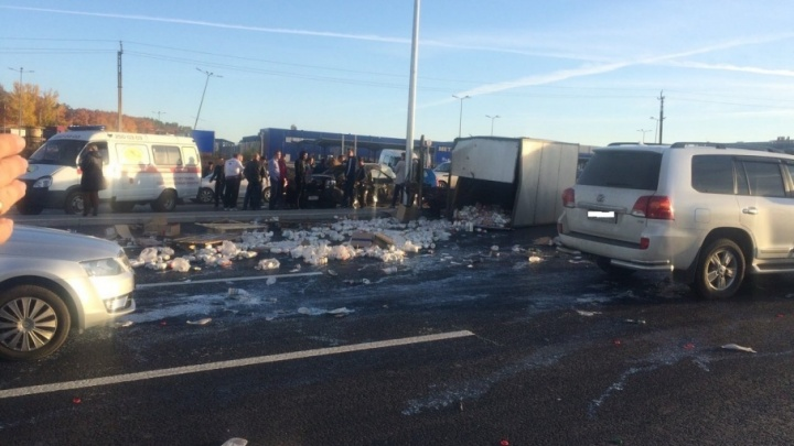«Молоко растеклось по дороге»: на Московском шоссе «Гранта» уронила грузовую «газель»