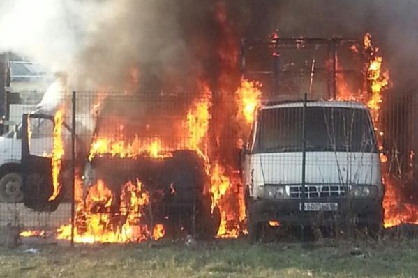 Сгорели две ГАЗели и будка на автостоянке.