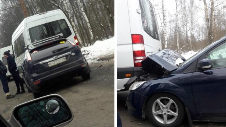 В Ярославле «Форд» влетел под автобус: пострадали пассажиры