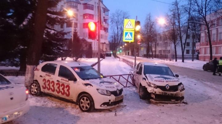 В Ярославле в аварию угодили две машины такси «Тройка»