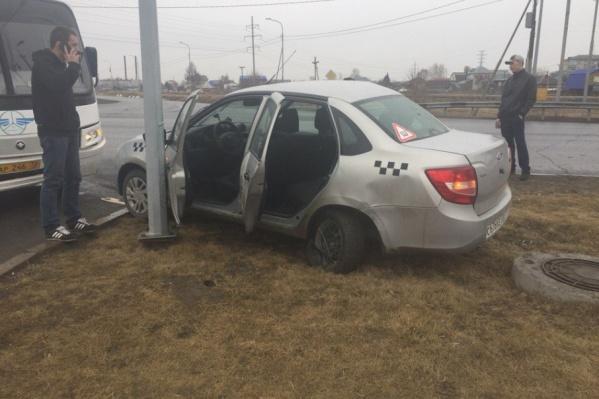 От удара автомобиль отбросило на обочину