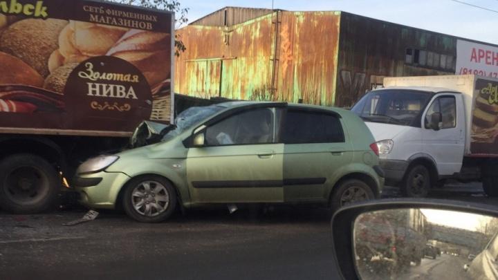 Движение по Ленинградскому проспекту застопорено из-за столкновения трех автомобилей